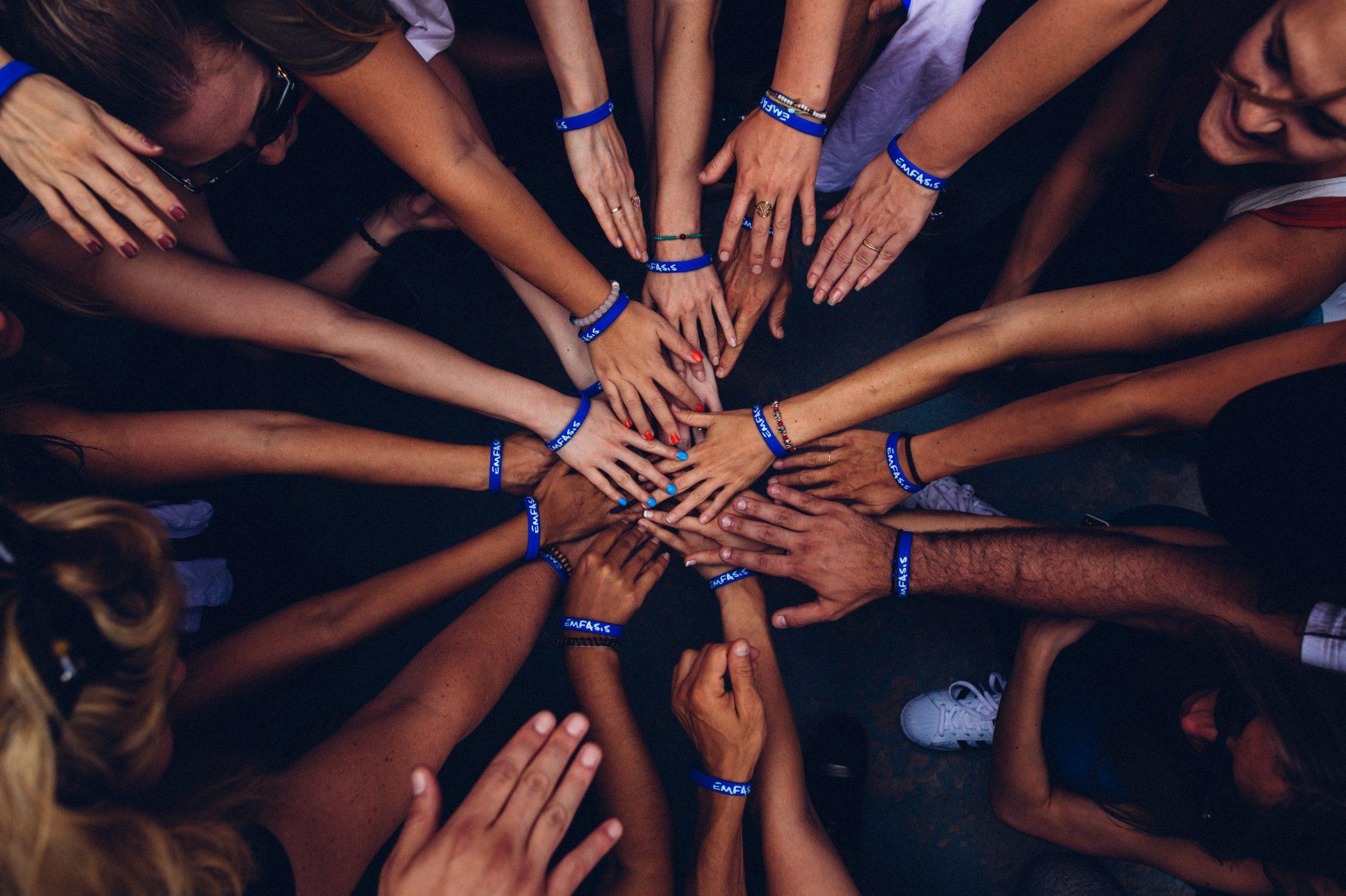 Massor av händer ihop